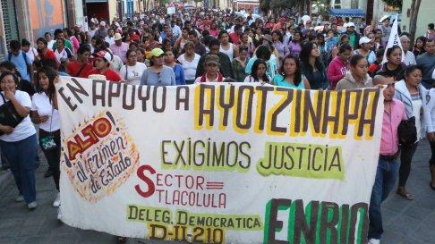 Grupo de manifestantes exigiendo justicia por los 43 desaparecidos en Iguala,México